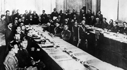 Заседание конференции в Брест-Литовске, во время которой был заключён Брестский мир, 1918 год