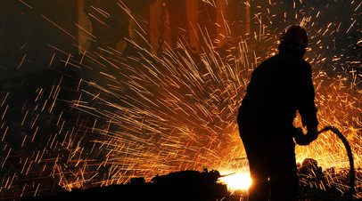 Рабочие на металлургическом заводе
