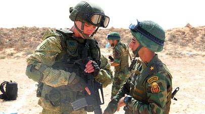Военнослужащие во время занятий по огневой подготовке с обменом оружием в рамках российско-египетских антитеррористических учений «Защитники дружбы-2016»