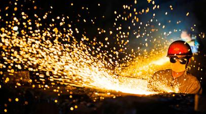 Работник на сталелитейном заводе в Китае