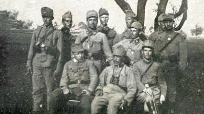 Сотник легиона Ю. Будзиновский со штабом своей сотни (ок. 1915 г.)