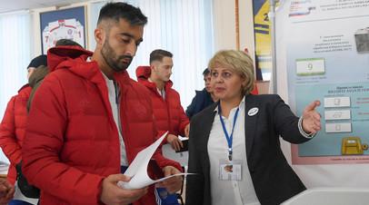 Александр Самедов (слева) на избирательном участке