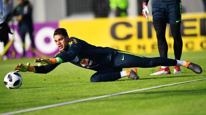 Вратарь сборной Бразилии по футболу Эдерсон на тренировке