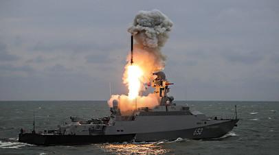 Малый ракетный корабль «Град Свияжск» запускает ракету «Калибр»