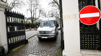 Автобус покидает посольство России в Лондоне