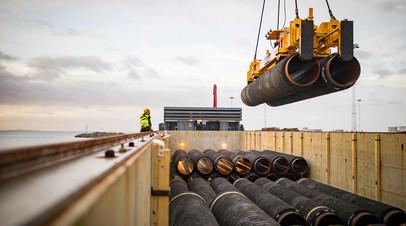 Трубы для строительства части «Северного потока — 2» загружаются на судно (Германия)