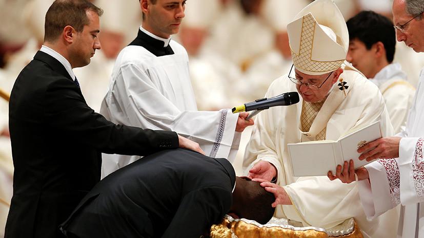 Папа Римский во время пасхального богослужения окрестил беженца, предотвратившего ограбление