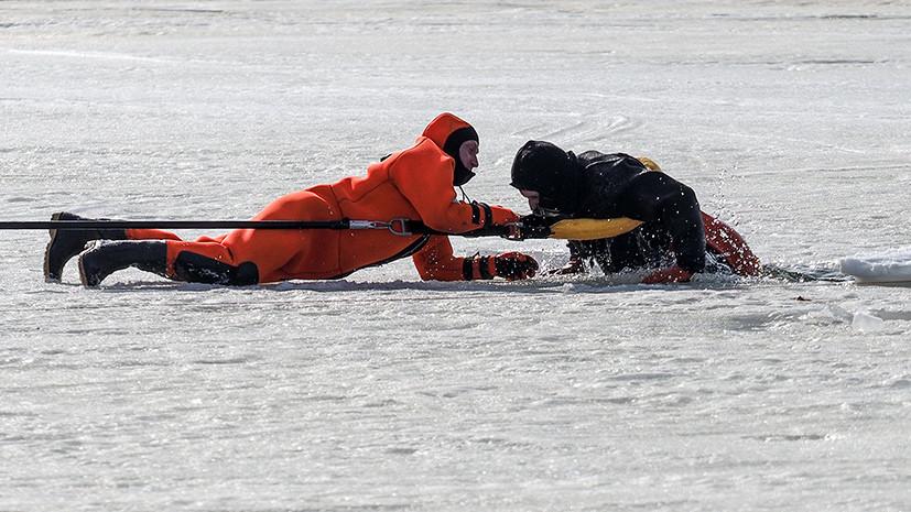 Мужчина провалился под лёд на Москве-реке