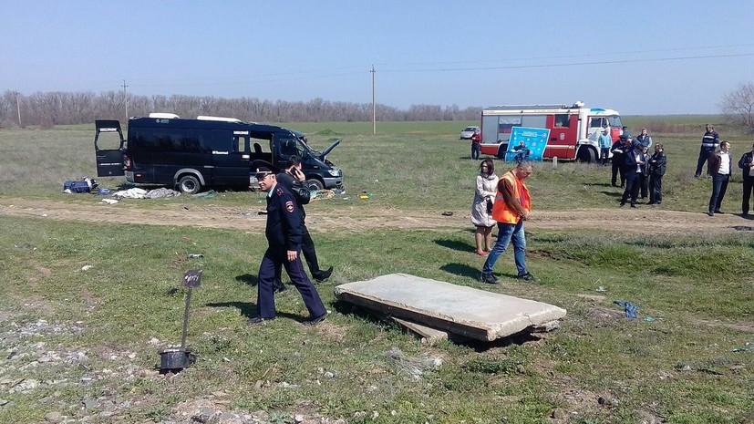 В МВД Крыма сообщили о пяти погибших при столкновении микроавтобуса с электричкой