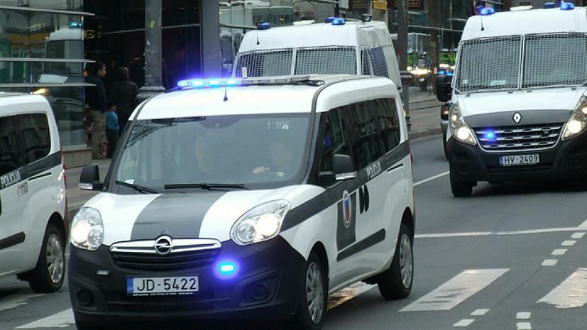 СМИ: В Латвии мужчина с ножом ранил троих подростков на школьной дискотеке
