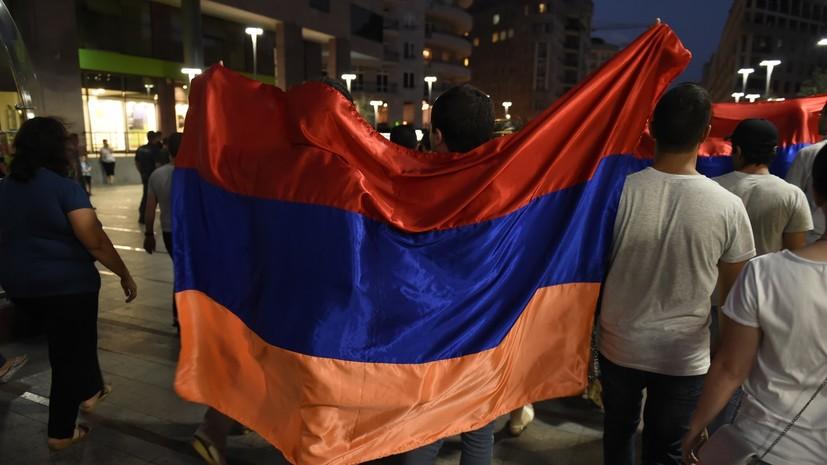 В центре Еревана протестующие ворвались в здание радиостанции