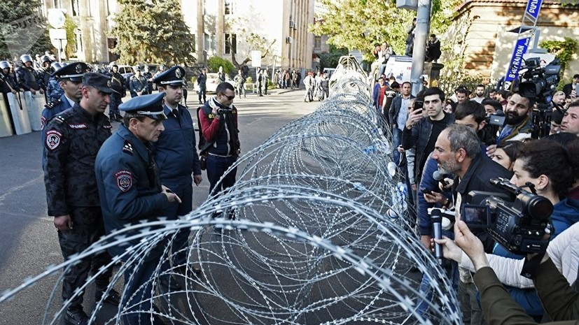 Оппозиционный депутат объявил о «бархатной революции» в Армении
