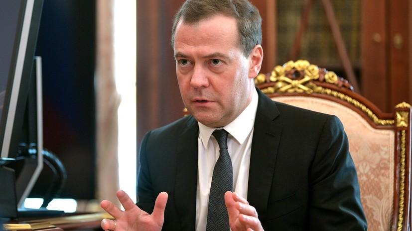 Медведев утвердил новые сроки введения возрастного ценза перевозящих детей автобусов