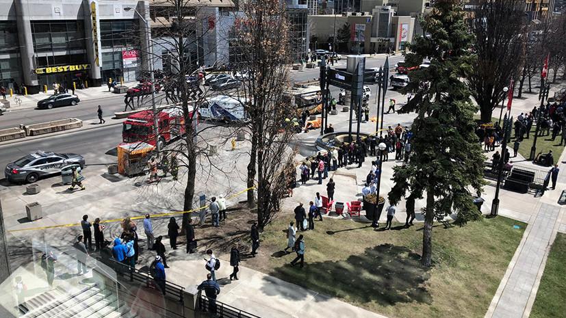 Микроавтобус совершил наезд на пешеходов в Торонто
