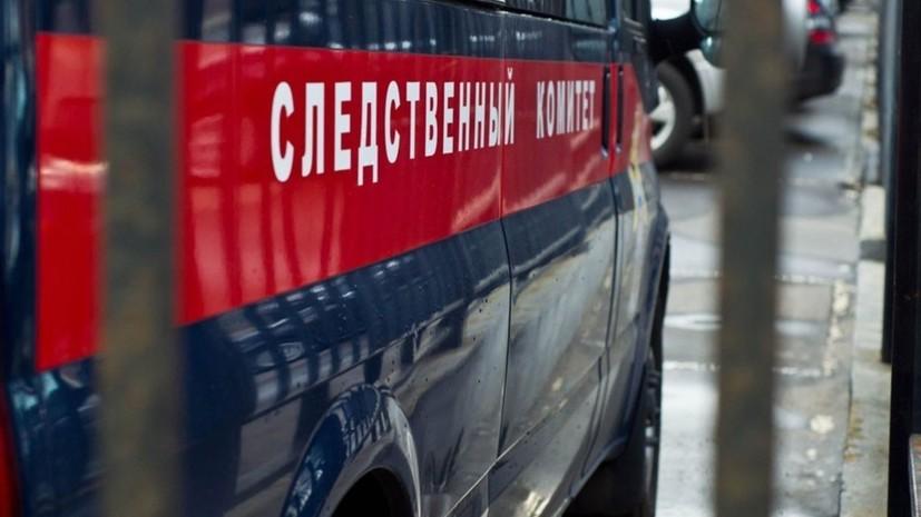 СК организовал проверку после падения части окна на студентку на Урале