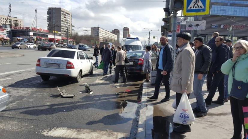 В Петербурге автомобиль въехал в группу пешеходов