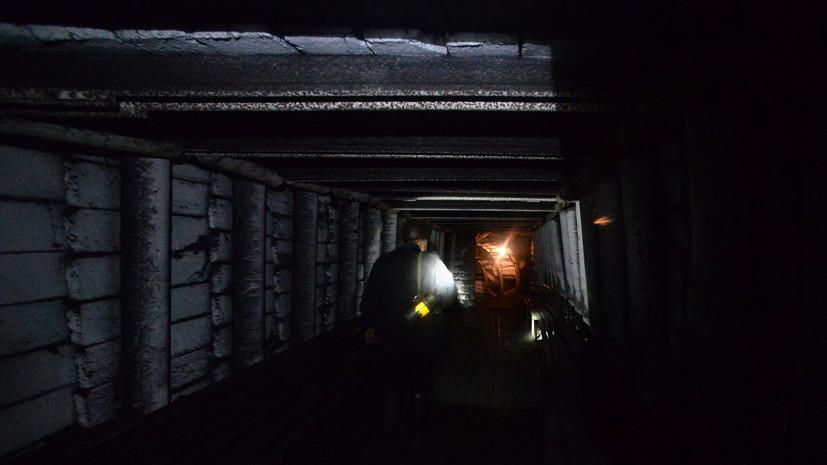 Спасатели занимаются поисками оставшегося под завалами после обрушения на шахте в Туве