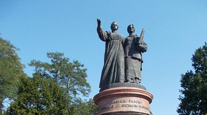 Памятник дружбе между Россией и Украиной в городе Переяславе-Хмельницком