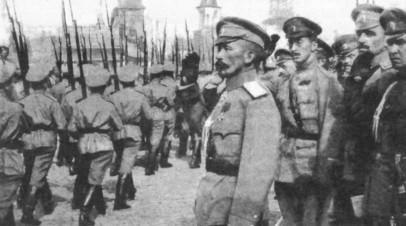 Генерал Лавр Корнилов на смотре юнкеров