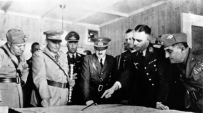 Адольф Гитлер на совещании с генералами