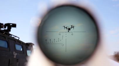 Военнослужащий во время учений по борьбе с воздушными целями подразделения специального назначения