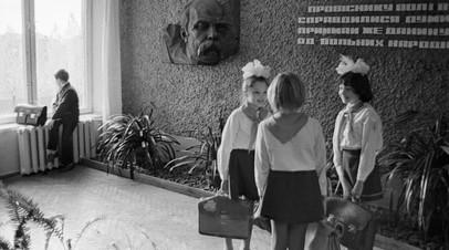 Ученики в одном из холлов средней школы Украины