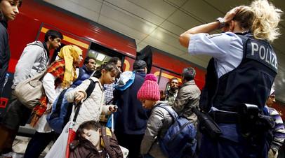 Мигранты прибыли на поезде на пограничный контроль