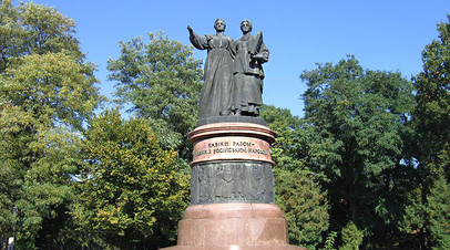 Монумент в честь 300-летия воссоединения Украины с Россией (г. Переяслав-Хмельницкий, Киевская область)