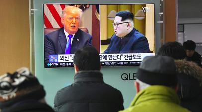 Люди смотрят телевизионные новости в Сеуле