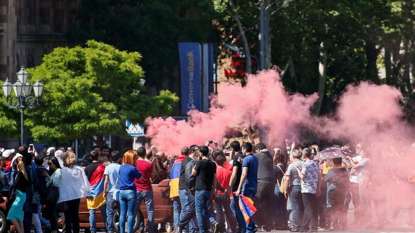 В Ереване протестующие перекрыли входы в ряд министерств
