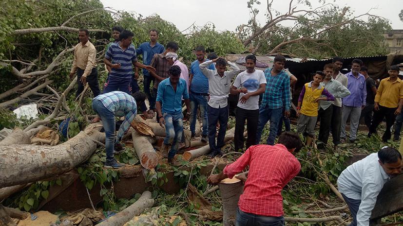 Более 70 человек погибли в результате урагана с ливнем в Индии