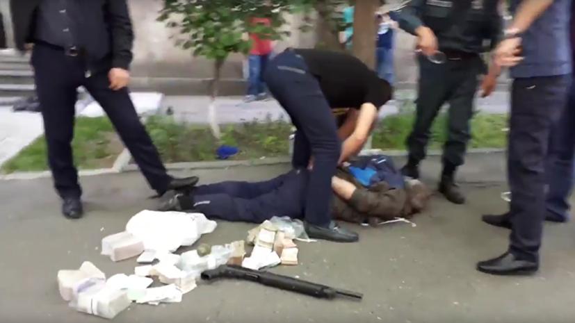 Напавшим на банк в Ереване оказался полковник полиции