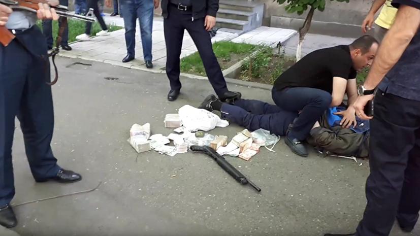 Число погибших при стрельбе в банке в Армении увеличилось до двух