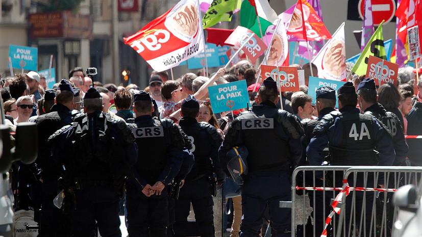В Париже проходит митинг против политики Макрона