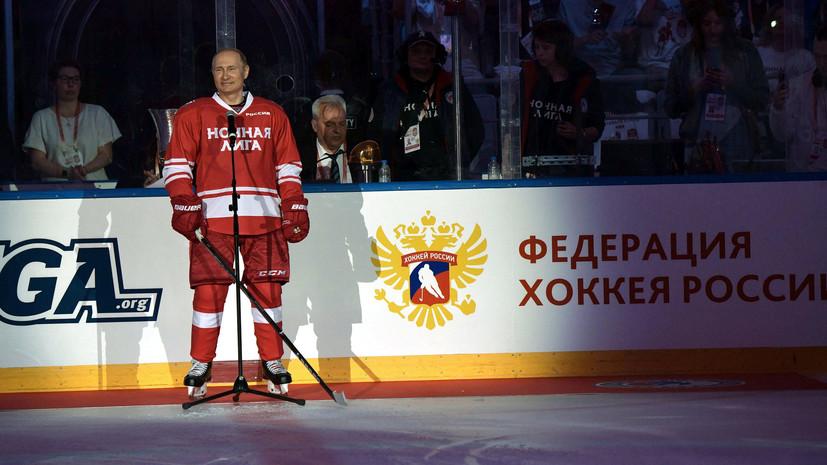 Путин подарил юным болельщикам хоккейные клюшки, сделанные из кремлёвской новогодней ели