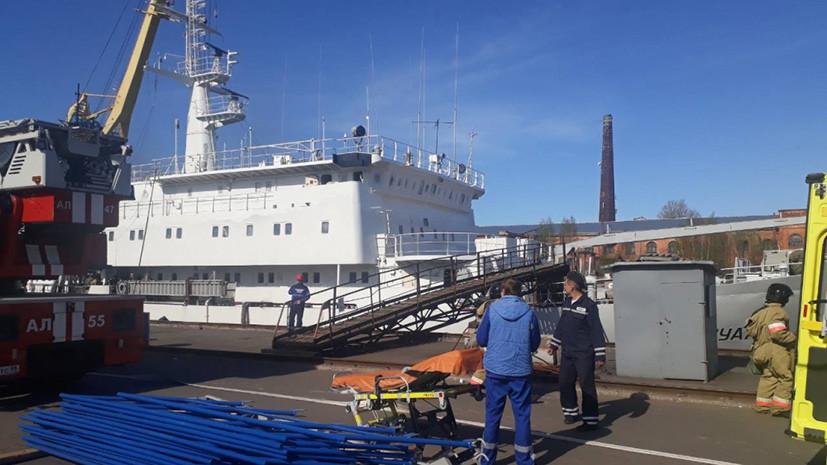 При пожаре на судне в Кронштадте погиб один человек