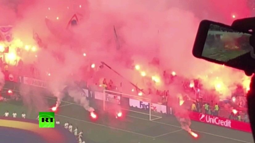 Фанаты «Марселя» забросали поле стадиона в Лионе фаерами перед финалом Лиги Европы с «Атлетико»