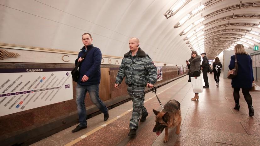 Мужчина упал на рельсы в метро Петербурга