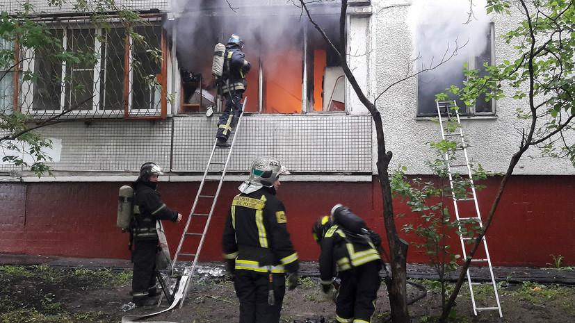 При тушении пожара в жилом доме в Москве спасены 23 человека