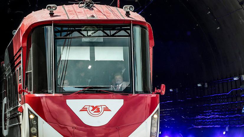 Порошенко проехал в кабине машиниста поезда на церемонии открытия тоннеля в Европу