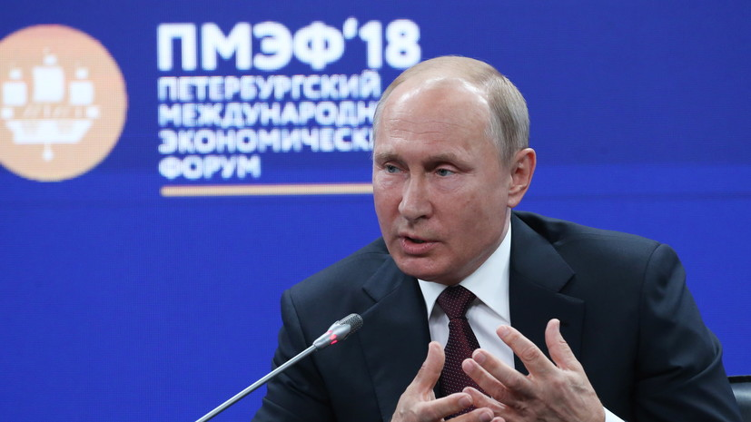 Путину на ПМЭФ подарили фигурку галльского петуха