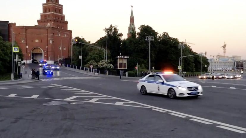 В интернете появилось видео с колонной «Кортежей», выезжающей из Кремля