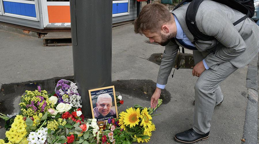 Мужчина возлагает цветы к месту гибели журналиста Павла Шеремета. © РИА Новости