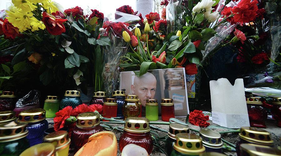 Цветы и свечи на месте гибели журналиста Олеся Бузины. © Алексей Вовк