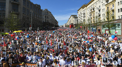 Сотни тысяч людей принимают участие в шествии «Бессмертного полка» в Москве
