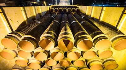 Погрузка труб в порту Мукран в Германии