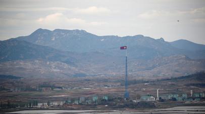 Флаг КНДР поднят на 160-метровой башне, расположенной в деревне Киджондон у границы с Южной Кореей