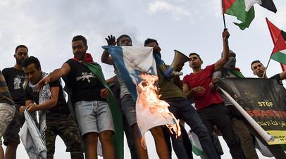 Демонстранты в Афинах сожгли флаг Израиля в ходе акции в знак солидарности с палестинцами