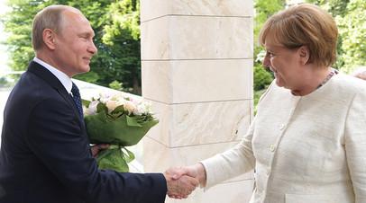 Путин подарил Меркель цветы