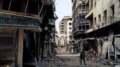 Военнослужащий сирийской армии на одной из улиц Хомса